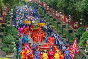 Chùm ảnh: Người dân rước lễ, dâng hương Giỗ Tổ Hùng Vương