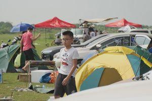 Chân cầu Vĩnh Tuy thành bãi cắm trại khổng lồ trong ngày nghỉ lễ