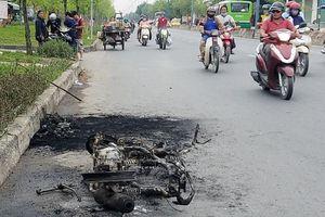 Đang chạy trên đường, xe máy bất ngờ cháy trơ khung