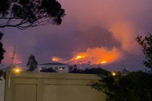 Cảnh tượng Núi Bàn nổi tiếng ở Nam Phi cháy dữ dội