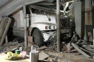 Xe container đâm vào nhà dân trong đêm ở Quảng Trị