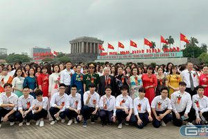 Học sinh trường Đông Đô báo công dâng Bác