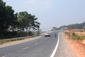 Đường BOT Hòa Lạc-Hòa Bình bị lấn chiếm hành lang giao thông