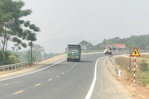 Đường BOT Hòa Lạc-Hòa Bình bị lấn chiếm hành lang nghiêm trọng