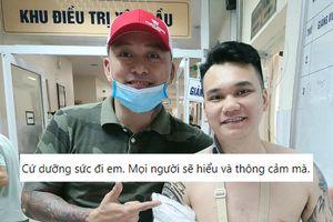 Khắc Việt xuất viện sau phẫu thuật gãy xương cổ tay, Tuấn Hưng đích thân có mặt đón người em về nhà