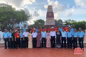 Đoàn công tác số 3 thăm, tặng quà cán bộ, chiến sỹ và Nhân dân huyện đảo Trường Sa