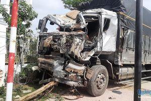 Sau va chạm, xe tải mất lái lao vào nhà dân