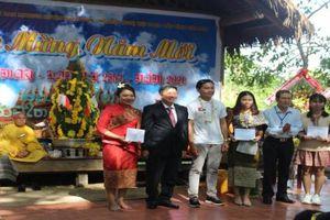 Tặng quà cho người Việt gốc Lào và sinh viên Lào tại Buôn Đôn (Đắk Lắk) nhân dịp tết cổ truyền Bunpimay