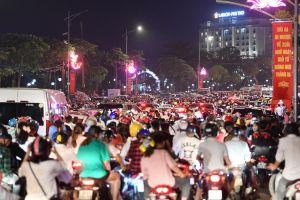 'Biển người' xem pháo hoa, đường phố Việt Trì tắc nghẽn