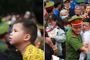 Trẻ em mệt nhoài, người lớn nghẹt thở chen chân tại lễ hội Đền Hùng