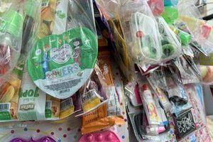 Quà vặt trước cổng trường: Mối nguy khôn lường đe dọa sức khỏe các em học sinh