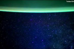 Dải ngân hà kỳ ảo từ tàu vũ trụ Crew Dragon