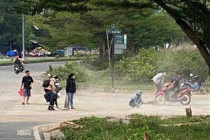 Nhóm bạn trẻ dọn đoạn đường dễ xảy ra tai nạn ở TP.HCM