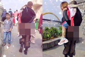 Mặc quần xuyên thấu cõng con, người phụ nữ 'thả rông' gây phẫn nộ