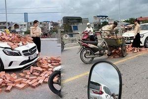 Xôn xao hành động bất ngờ của nữ tài xế Mercedes khi bị xe chở gạch tông