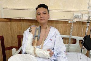 Sau sự cố gãy xương cổ tay, ca sĩ Khắc Việt thông báo đã phẫu thuật thành công