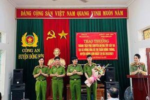 Trao thưởng cho Công an huyện Đông Sơn vì thành tích xuất sắc trong truy bắt tội phạm nguy hiểm