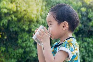 Uống nhiều nước tưởng tốt hóa hại, dưới đây là 3 thời điểm bố mẹ chớ nên ép con uống nước