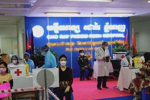 Bệnh viện Chợ Rẫy-Phnom Penh hỗ trợ khẩn việc tiêm vaccine COVID-19