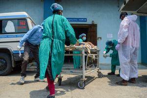 Khủng hoảng COVID-19 trầm trọng, người dân Ấn Độ tuyệt vọng lên mạng cầu cứu