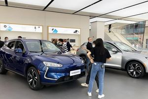 Mảng smartphone hết 'đất sống', Huawei chuyển sang bán xe ô tô