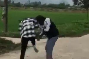 2 nữ sinh 'quyết chiến' dữ dội trong sự cổ vũ lột đồ của những người chứng kiến