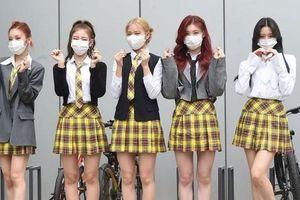 Không thể ngờ stylist của ITZY cho nhóm mặc trang phục như thế này lên truyền hình