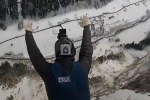 Nhảy dù mạo hiểm từ vách đá dựng đứng cao 720 m