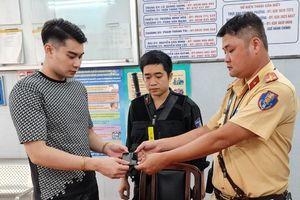 CSGT TP.HCM truy đuổi 2 tên cướp, lấy lại điện thoại cho người dân