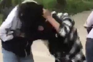 Nữ sinh hẹn nhau quyết chiến: Cổ vũ 'lột đồ'
