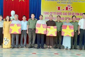 Tặng cờ Tổ quốc cho các cơ sở tôn giáo và đồng bào có đạo