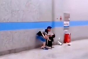 Bạn gái cũ lôi kéo khóc lóc om sòm giữa đường, chàng trai khó xử còn dân mạng chia phe tranh cãi kịch liệt