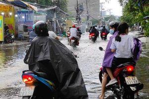 Sau cơn mưa lớn, một số tuyến đường cửa ngõ phía Tây TP HCM lại ngập