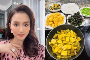 Vào bếp làm món ốc om chuối đậu, Lã Thanh Huyền khiến bạn bè khen nức nở đòi ăn