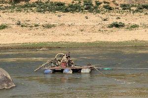 Bắt quả tang 2 đối tượng hút cát trái phép dưới lòng sông