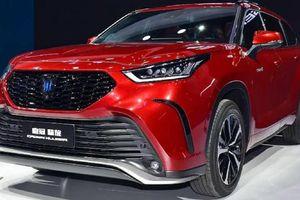 'Xe bộ trưởng' Toyota Crown bản gầm cao chính thức ra mắt