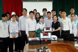 Kiện tướng cờ vua thế giới Nguyễn Thiên Ngân tặng 6 hộp rô bốt cho Trường THPT Chu Văn An