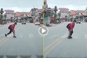 Nét đẹp văn hóa giao thông: Nữ học sinh cúi đầu cảm ơn tài xế nhường đường