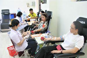 Hơn 500 cán bộ, giáo viên quận Tây Hồ tham gia hiến máu tình nguyện
