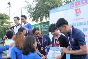 Sinh viên Việt Nam - Lào - Campuchia sôi nổi thi tài ném bi sắt, giao hữu bóng đá