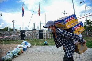Cảnh trao đổi hàng hóa phòng dịch bệnh ở vùng biên