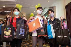 Giới trẻ TP.HCM chi tiền triệu mua sắm tại hội chợ thời trang