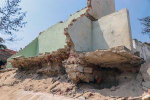 Sóng đánh sập nhà hàng ven biển Hội An