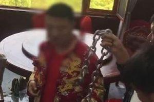 Phẫn nộ với hình ảnh chú rể bị xích cổ trong ngày cưới