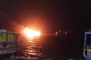 Đang neo đậu, hai chiếc tàu cá bỗng dưng bốc cháy ở Thanh Hóa