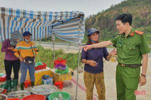 Dẹp chợ hải sản tự phát trên đường ven biển sau khi Báo Hà Tĩnh phản ánh