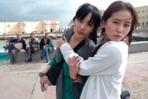Lưu Thi Thi đến phim trường thăm Dương Mịch, còn ôm ấp thân thiết giữa lúc có tin nghỉ chơi Đường Yên