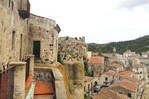 Italy: Một thị trấn cổ rao bán nhà với mức giá chỉ bằng một ly cà phê