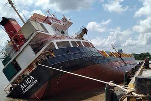 Tàu chở container bị lật trên sông