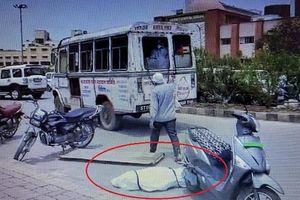 Xe cứu thương hất văng thi thể nạn nhân Covid-19 xuống đường ở Ấn Độ